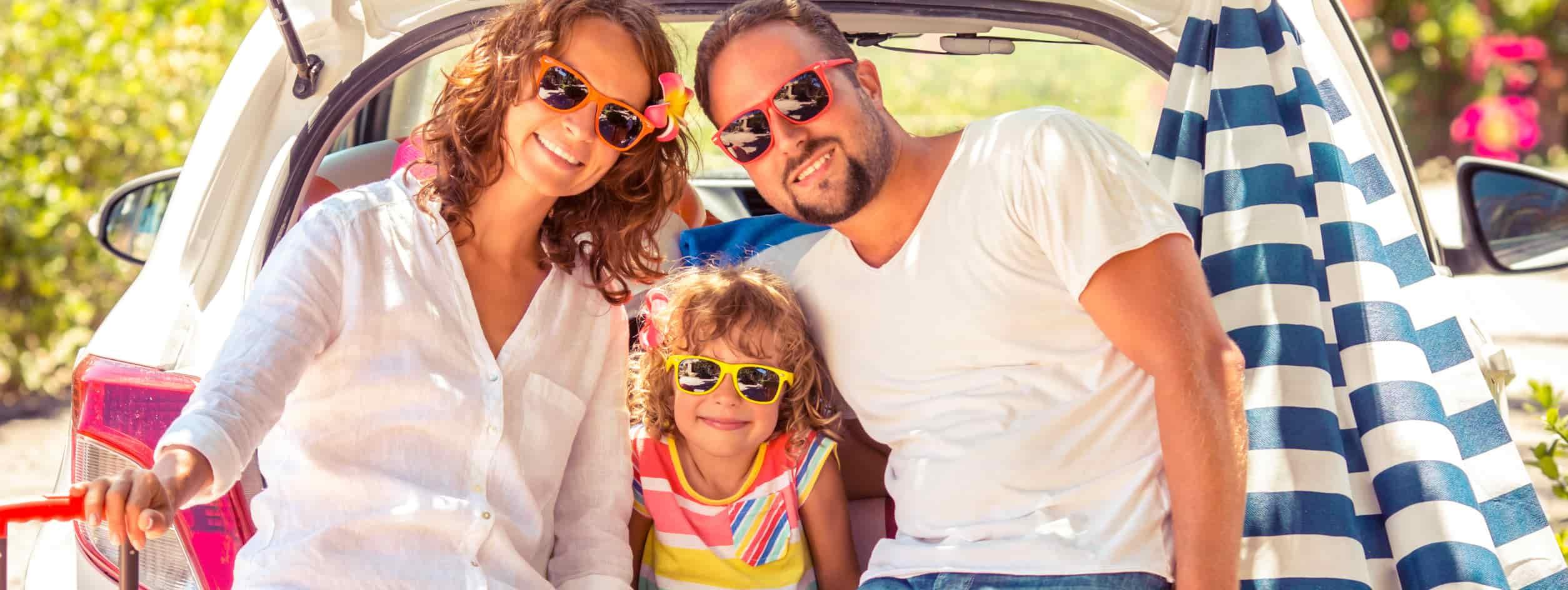 famille qui veut préparer sa voiture pour l'été avant les vacances 2017