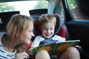 enfant lisant un livre pour se distraire pendant le voyage des grandes vacances 2017