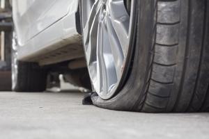 pneu éclaté a cause de pneus sous-gonflés et d'une mauvaise vérification de la pression des pneus