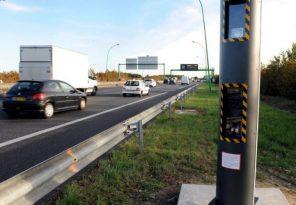 radars discrimants sur le bord d'une autoroute