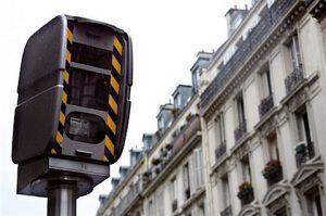 radars feu rouge dans une rue de paris